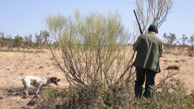 Un cazador junto a su perro, con su rabo íntegro.