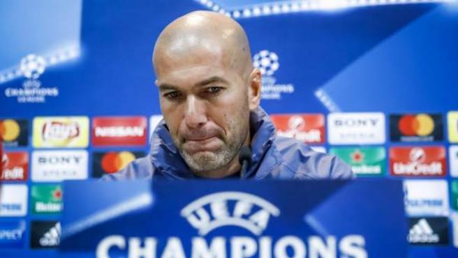 El entrenador del Real Madrid, Zinedine Zidane, durante la rueda de prensa previa al duelo de Champions ante el Nápoles.