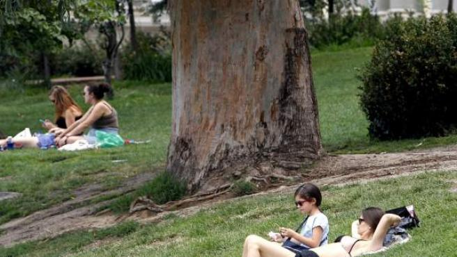 En la imagen ciudadanos disfrutado del sol, el calor y el buen tiempo.