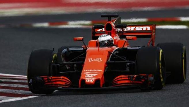 Alonso rueda con su McLaren en Montmeló.