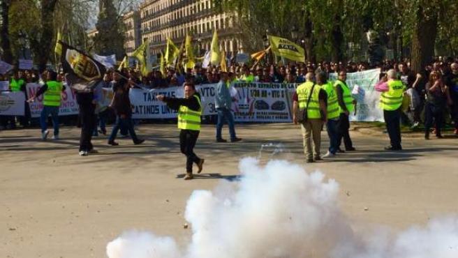 Imagen de la manifestación de taxistas en Barcelona tirando petardos.