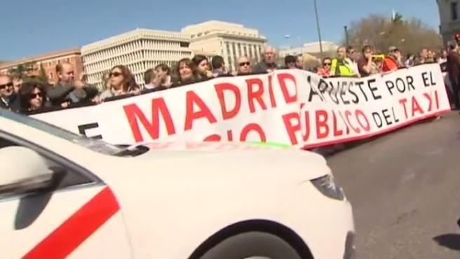 Varios taxistas sujetan una pancarta, en el centro de Madrid, durante el último paro del sector.