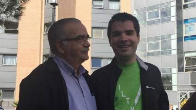 El padre de José Marín Chino, vocalista del grupo, junto a su hijo.