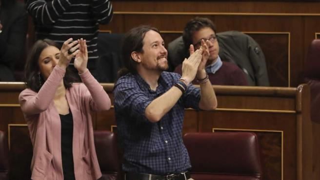 Pablo Iglesias e Irene Montero, aplauden a los estibadores durante la sesión de este jueves.