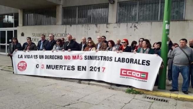 Sindicatos concentrados frente a la Subdelegación del Gobierno