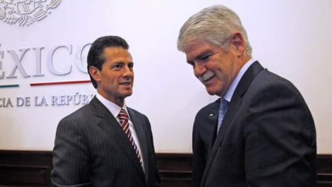 El presidente de México, Enrique Peña Nieto, saluda al ministro de España de Asuntos Exteriores, Alfonso Dastis, en la residencia oficial de Los Pinos en Ciudad de México.