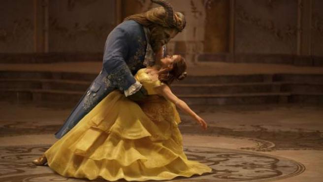 La emblemática escena del baile en la nueva versión de 'La Bella y la Bestia'.