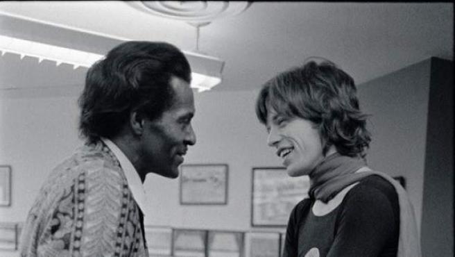 Un jovencísimo Mick Jagger junto a su ídolo, Chuck Berry.