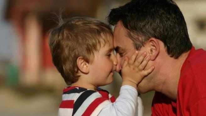 Un padre, jugando con su hijo.