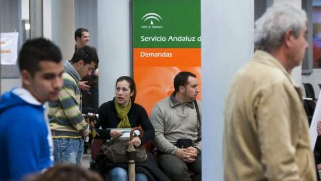 Numerosas personas esperan a ser atendidas dentro de una oficina de empleo en la localidad sevillana de Dos Hermanas.