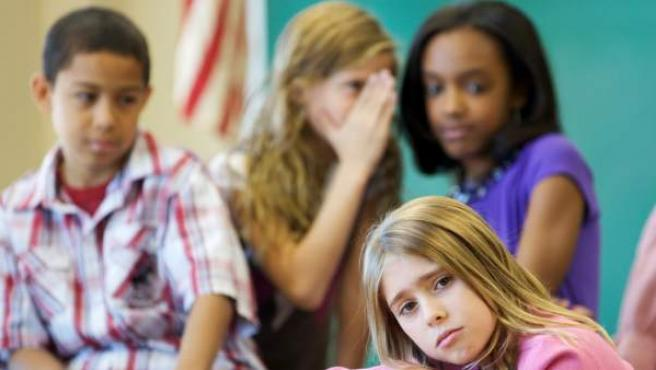 En la imagen se ve reflejado el bullying y el acoso escolar.