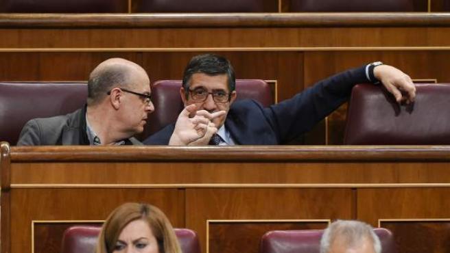El diputado socialista por Barcelona José Zaragoza conversa con el diputado Patxi López, durante el pleno del Congreso de los Diputados.