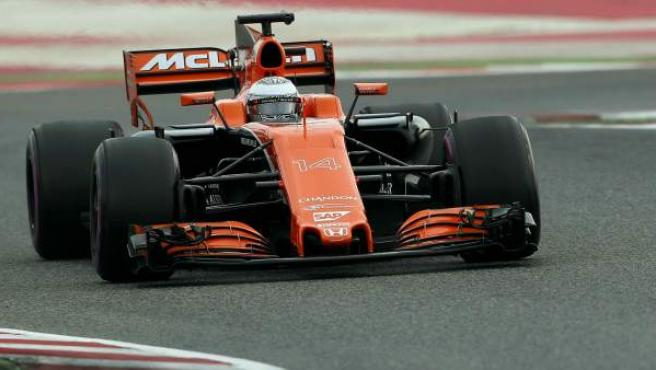 Fernando Alonso, al volante del McLaren MCL32 en los test de Montmeló.