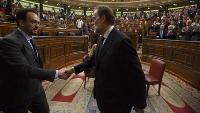 El presidente, Mariano Rajoy, y el portavoz socialista, Antonio Hernando, dándose la mano en el Congreso.