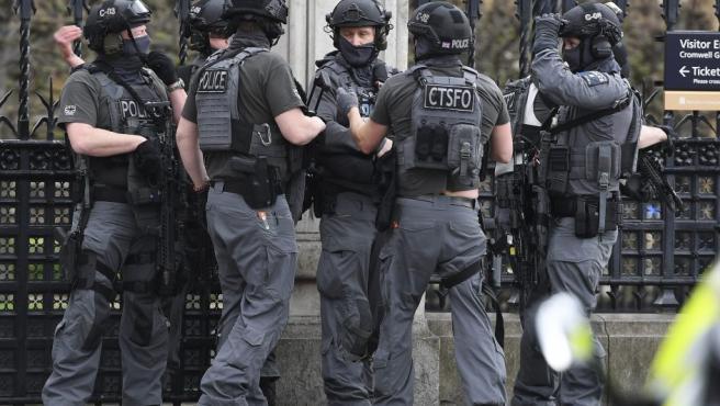 Varios agentes de los servicios especiales de la Policía británica protegen la zona cercana al Parlamento de Londres.