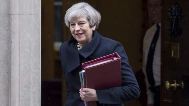 La primera ministra británica, Theresa May, abandona el número 10 de Downing street en Londres.