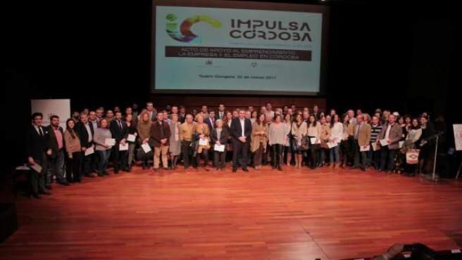 Isabel Ambrosio junto a los emprendedores