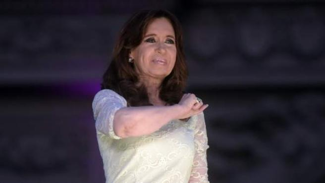 Cristina Fernández de Kirchner saluda en su acto de despedida como presidenta a las puertas de la sede del Ejecutivo.
