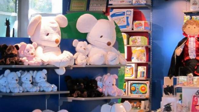 Varios juguetes en un expositor de una tienda.