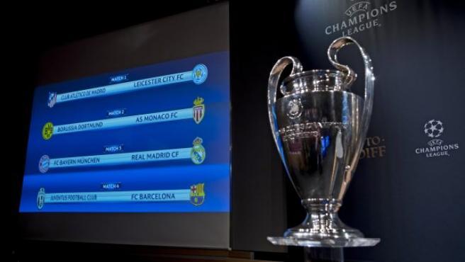 Un panel muestra los cruces de los cuartos de final de la Liga de Campeones 16/17 junto al trofeo de esta competición, tras la celebración del sorteo de los mismos en la sede de la UEFA, en Nyon (Suiza).