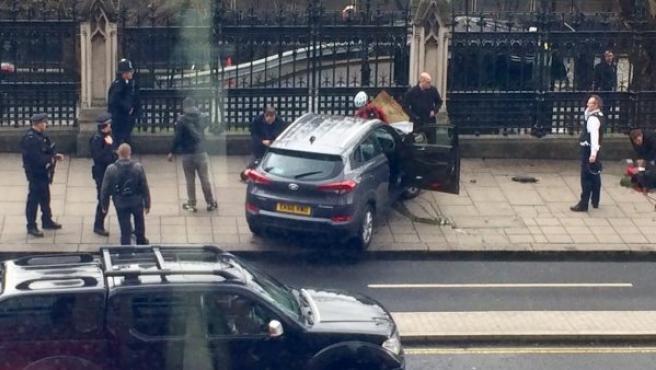 Imagen del vehículo que presuntamente ha atropellado a varias personas en Londres en el Puente de Westminster, y que después se ha estrellado cerca del Parlamento británico.