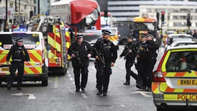 Agentes de policía británicos permanecen en guardia tras los incidentes en el Puente de Westminster de Londres.
