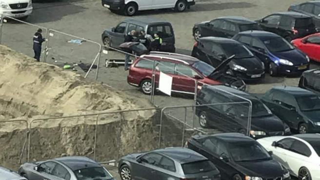Imagen del momento de la detención del conductor del coche rojo que intentó arrollar a varios peatones en una calle comercial de Amberes (Bélgica).