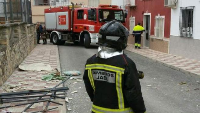 Bomberos en la calle donde se ha producido la deflagración.