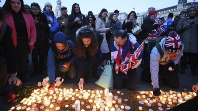 Cientos de ciudadanos participan en una vigilia en la Plaza Trafalgar en Londres.