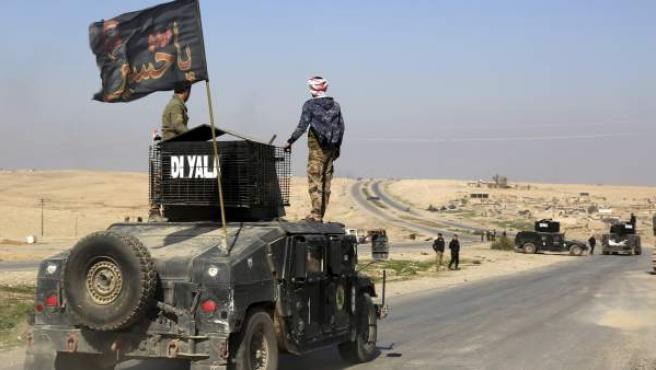 Patrullas del Ejército iraquí conducen por la carretera que se dirige al aeropuerto de Mosul.