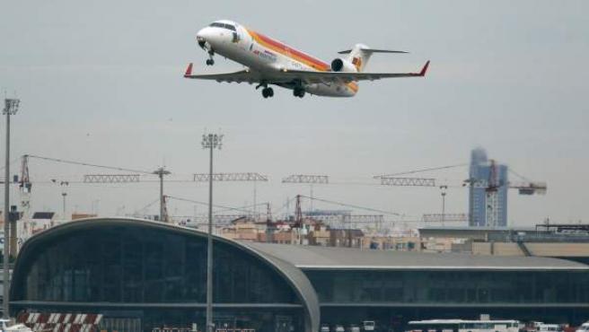 Un avión despega del aeropuerto de Manises (Valencia).