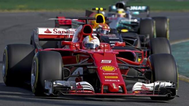 Vettel, por delante de los Mercedes en el GP de Australia.