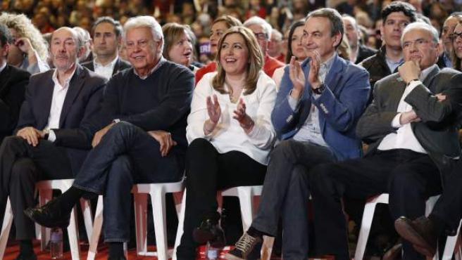 De izquierda a derecha, en el acto de Díaz para presentar su candidaturaa primarias en Ifema: Rubalcaba, Felipe González, la propia Díaz, Zapatero y Alfonso Guerra.