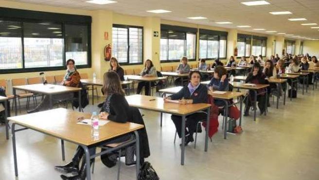 Aspirantes a maestro se examinan en las oposiciones de la Comunidad de Madrid.