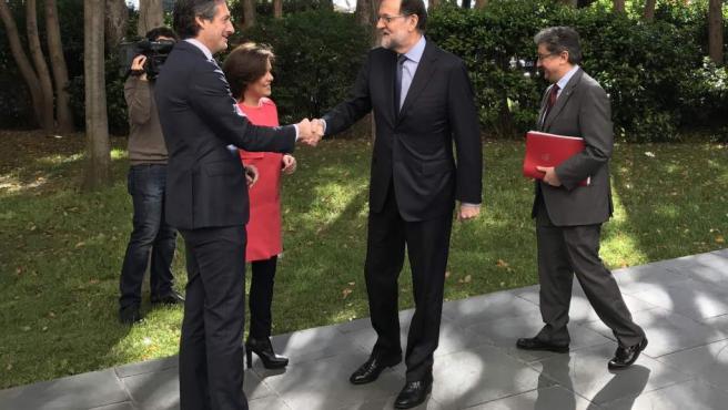 Imagen de Soraya Sáenz de Santamaría, Mariano Rajoy, Íñigo de la Serna y Enric Millo llegando al Palau de Congresos de Cataluña.