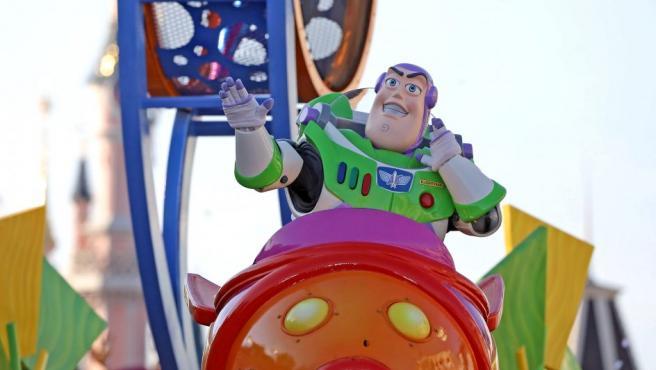 El astronauta más famoso de Disney Pixar, Buzz Lightyear, en otra carroza durante el desfile por el 25 aniversario de Disneyland París.