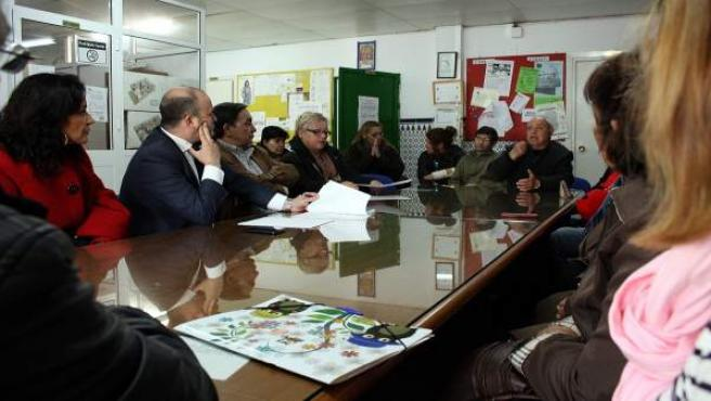 Reunión de miembros de Ciudadanos con los vecinos del Casa por Casa.