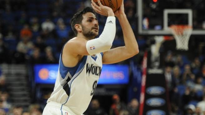 El jugador de los Timberwolves Ricky Rubio lanza a canasta.