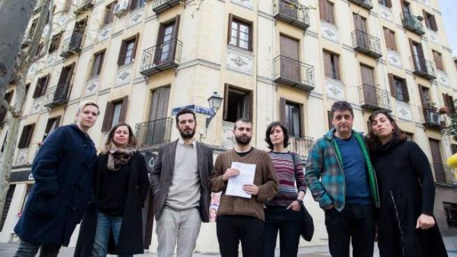 Vecinos de un inmueble en el barrio de Arganzuela, a los que el comprador del edificio no les renovará el alquiler.