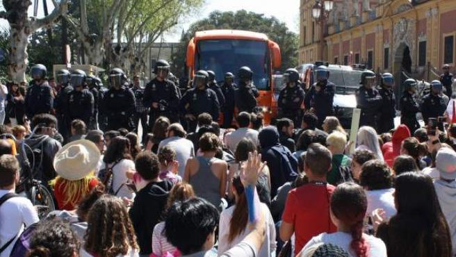 La Policía interviene en Sevilla ante la protesta de decenas de personas por el autobús de Hazte Oír.