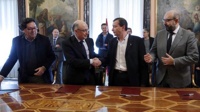 Cristóbal Montoro firma con los representantes sindicales el acuerdo para la oferta de empleo público.