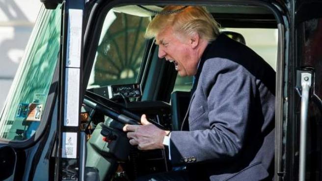 El presidente de EE UU, Donald Trump, en el puesto del conductor de un camión, durante una reunión con miembros del sector de transporte en la Casa Blanca.