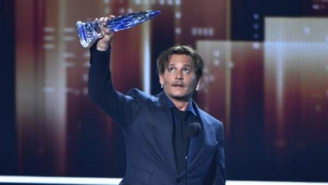 El actor Johnny Depp recoge un premio en los People's Choice Awards en enero de 2017.