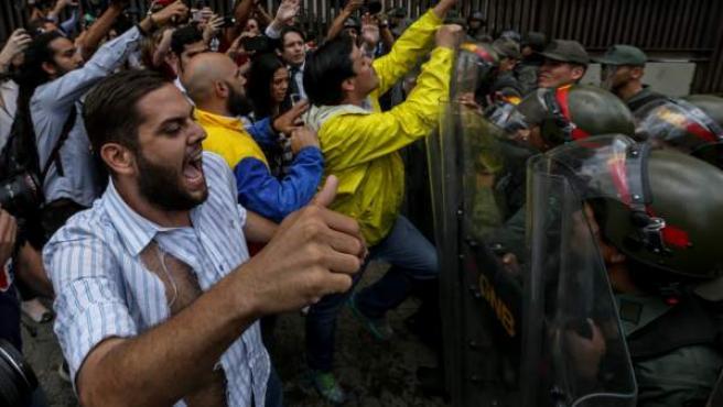 Soldados impiden el paso a diputados que protestan en la sede del Supremo en Caracas.