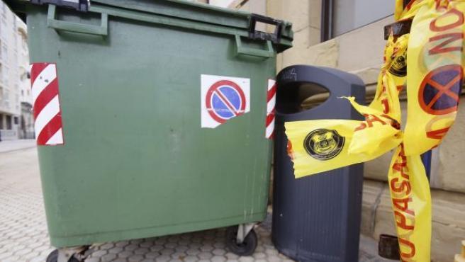 Agentes de la Ertzaintza han rescatado con vida esta madrugada a un bebé que había sido abandonado en un contenedor situado en la plaza Zuloaga de San Sebastián y que ha sido trasladado en buen estado al Hospital Donostia.