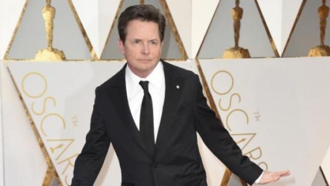 El veterano actor Michael J. Fox luce con su esmoquin en el Dolby Theatre.