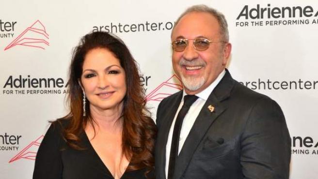 """Gloria y Emilio Estefan posan a su llegada para el acto conmemorativo """"Celebración de las mujeres en las artes""""."""