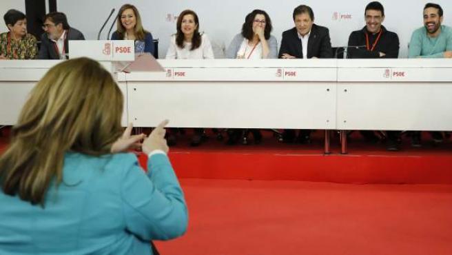 Susana Díaz (i, de espaldas) se dirige a los miembros de la mesa presidencial durante la reunión del Comité Federal del PSOE de este 1 de abril.