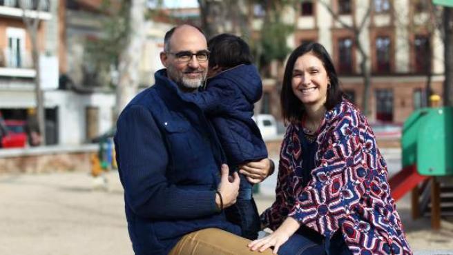 Anabel Manchón y Rubén García, padres por gestación subrogada de su hijo Rafael.