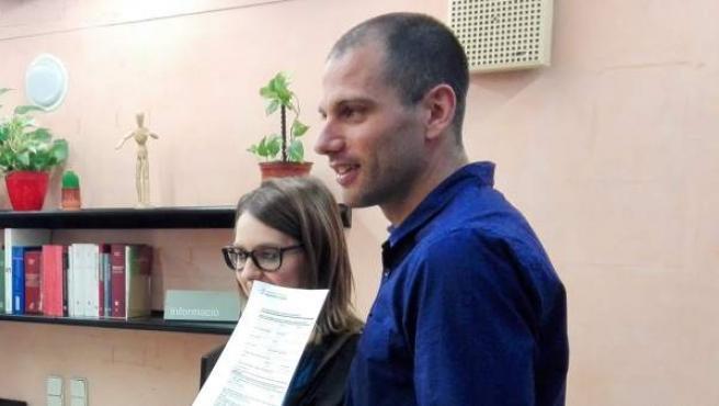 En la imagen Jordi y Sandra, la primera pareja de hecho inscrita en el nuevo registro.